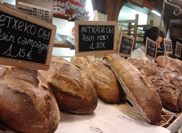 La boulangerie le Four à bois, à Bayonne, rue Pannecau, a dès le lancement de l'eusko le 31 janvier relevé le défi de l'affichage bilingue.
