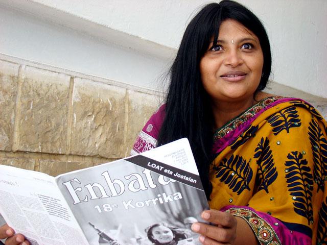 Une jeune femme lit Enbata lors du forum mondial de Tunis.