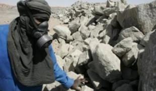 Un employé de la mine d'uranium à ciel ouvert exploitée par Areva dans le désert de l'Aïr au Niger.