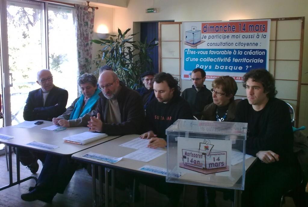 """""""Etes-vous favorable à la création d'une collectivité territoriale Pays Basque ?"""". Entre le 14 et 21 mars, 124 communes ont organisé la consultation citoyenne. Plus de 1000 bénévoles se sont relayés pour accueillir les 34 610 électeurs qui se sont finalement exprimés. Ceci représente 18 % des électeurs. 27 072 personnes ont répondu OUI à la question posée, 6 625 ont répondu NON et 946 ont voté blanc."""