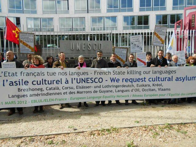 «Collectif du 31 mars» kolektiboak antolatutako elkarretaratzea, maiatzaren 15an, Parisen, Unescoko egoitzaren atarian, babesleku kulturala galdegiteko.