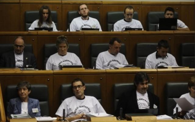 """Parlementaires d'EH Bildu avec les TShirts en faveur des """"murs humains"""" chargés de protéger les mebres de Segi arrêtés par l'Ertzaintza"""