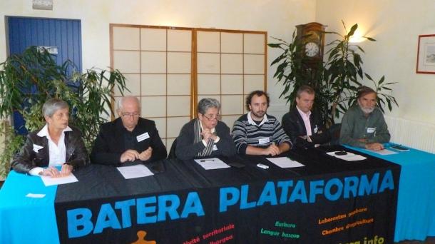 Juliette Bergouignan (militante de Batera, à gauche sur la photo)