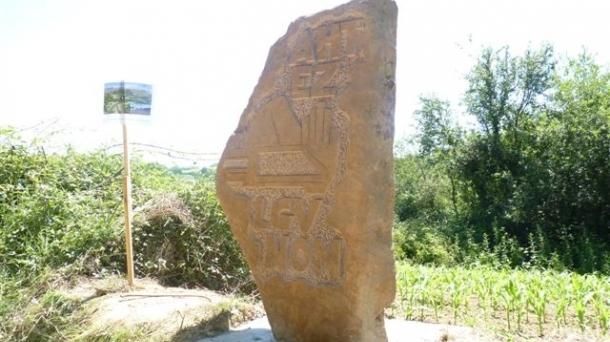 """Stèle d'une tonne posée en 2012 à St-Pée-sur-Nivelle sur le tracé de la LGV. """"Symbole de la résistance anti-LGV, le 23 juin 2013 nous reprêterons serment de s'opposer de toutes nos forces à ce projet."""" (Victor Pachon, CADE)"""