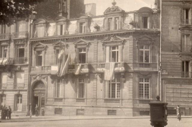 Le 11 de l'avenue Marceau le jour de l'entrée des Alliés à Paris avec les drapeaux européens et américains au côté de l'ikurriña après le retrait des drapeaux nazi et espagnol.