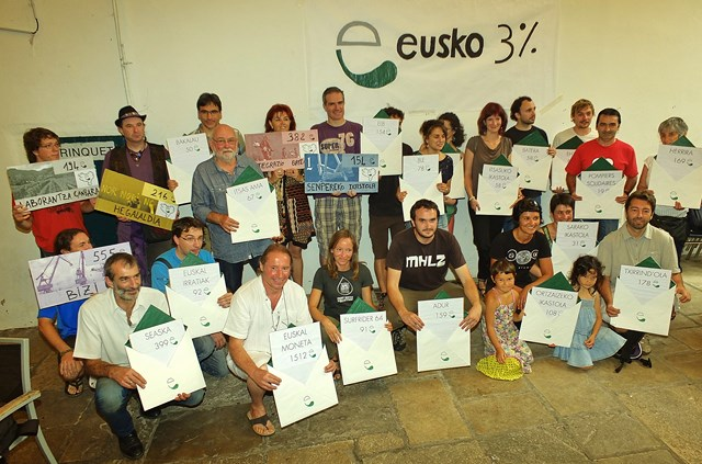 Remise des dons en eusko (Photo : Irudien Artzaina)