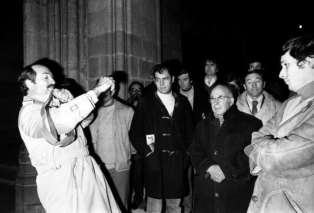 Le commissaire annonce l'expulsion lors de la première occupation de la Cathédrale