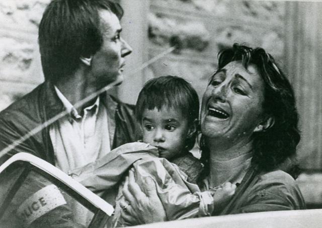 Le réfugié politique basque à des époques différentes prend le visage de trois personnes illustres: celui du curé-guérillero Santa Cruz en 1873, entouré de sa garde rapprochée, celui du premier Lehendakari J. A. Agirre en 1951, face aux huissiers parisiens, celui d'Izaskun Rekalde, hurlant de peur avec ses enfants dans les bras, embarqués par les policiers français, à 6h 30 du matin, lors de la grande rafle du 3 octobre 1987.