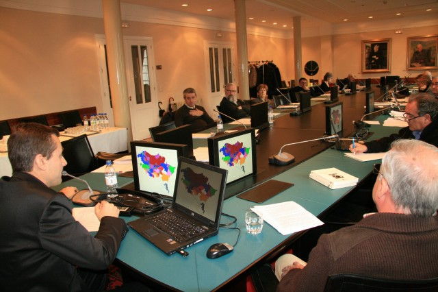 Présentation d'une étude aux académiciens de la langue basque au siège d'Euskaltzaindia