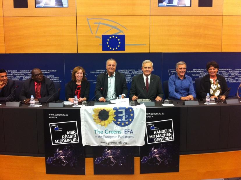 Les députés européens, Younous Omarjee (GUE), Jean-Jacob Bicep (Verts/ALE), Jill Evans (Verts/ALE), François Alfonsi (Verts/ALE, auteur du rapport), Tokes Laszlo (PPE), Iñaki Irazabalbeitia Fernandez (Verts/ALE) et Michèle Rivasi (Verts/ALE), lors de la conférence de presse qui a suivi le vote du rapport, à Strasbourg