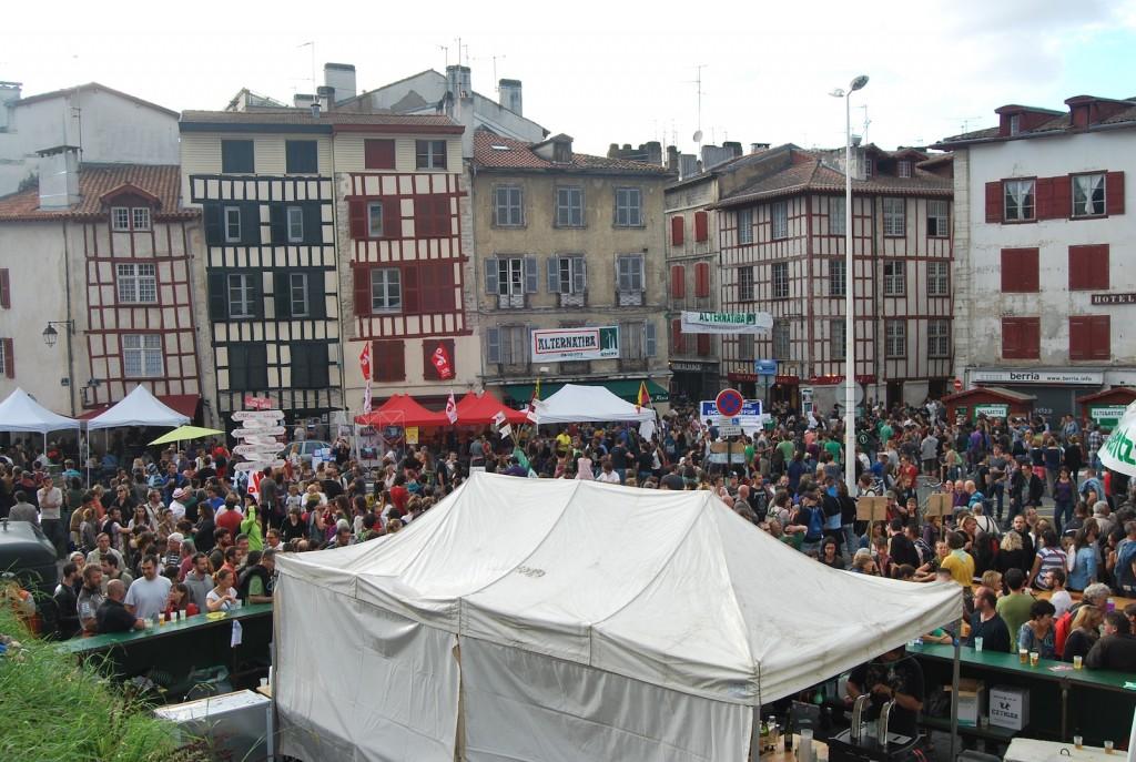 """""""Le centre de Bayonne, habituellement désert le dimanche, fourmillait de gens""""."""