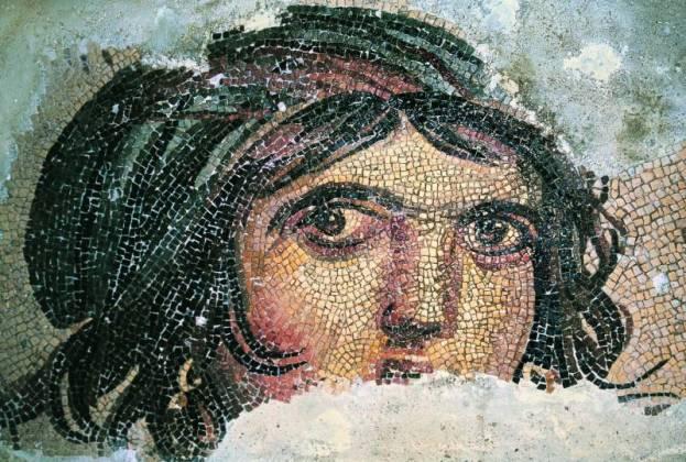 Tête-de-femme dans une mosaïque du IIe siècle après J.C. (Turquie).