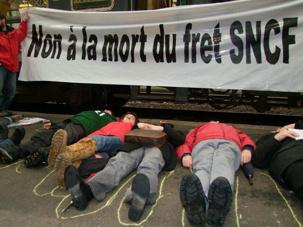 Mobilisation du 7 février 2010: la CGT, le mouvement altermondialiste Bizi ! et le CADE protestant contre la mort du Wagon isolé et le démantèlement d'une partie importante du Fret ferroviaire.