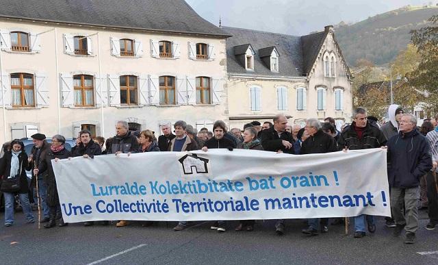 Manifestation BATERA à Mauléon (le 30 novembre 2013) où des membres d'Udalbiltza étaient présents derrière la banderole des élus.