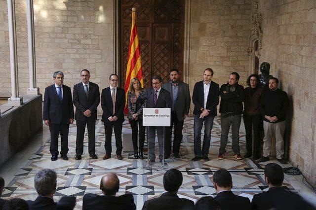 Le président du gouvernement Catalan Artur Mas annonçant la date du référendum (9/11/2014) et la question.De gauche à droite : Francesc Homs (CDC), Antoni Espalader (UDC), Jordi Turull (ca) (CDC), Joana Ortega (ca) (UDC), Artur Mas, Oriol Junqueras (ERC), Joan Herrera (ICV), David Fernàndez (ca) (CUP), Marta Rovira (ERC), Joan Mena (EUiA)