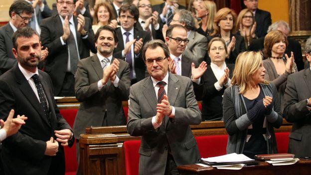 Le président catalan Artur Mas applaudi au Parlement de la Generalitat pour le maintien de sa feuille de route