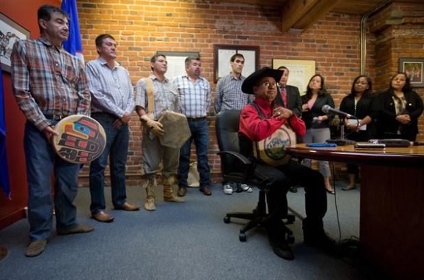Roger William entouré des autres chefs de tribus