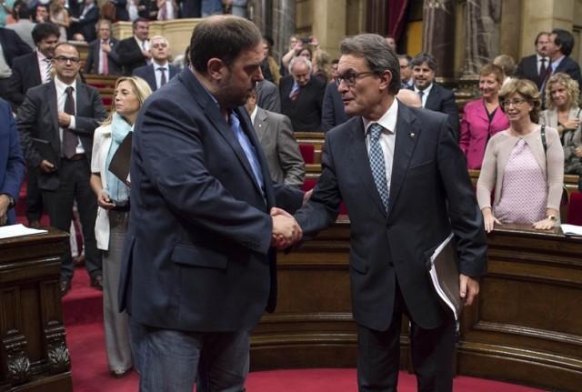 Oriol Junqueras (ERC) et Artur Mas (CiU) lors du vote de la loi catalane (rejegée par le Tribunal Constitutionnel) permettant le référendum d'autodétermination du 9 novembre.