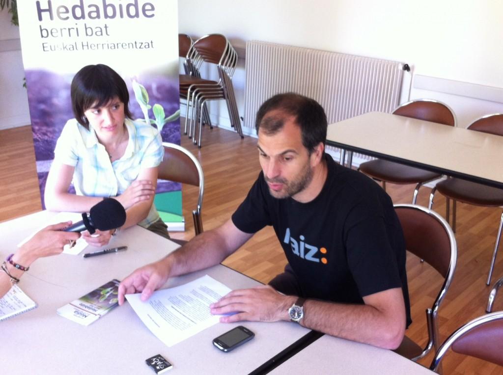 Goizeder Taberna et Antton Etxeberri présentant le projet de Nouveau Média