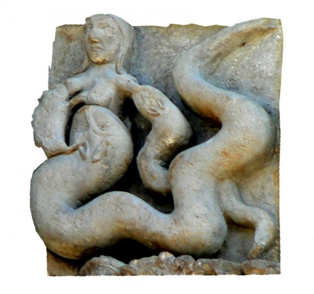 Sur le portail de la cathédrale de Sanguesa : la femme tétée par le crapaud et le serpent = symbole du vice et de la luxure