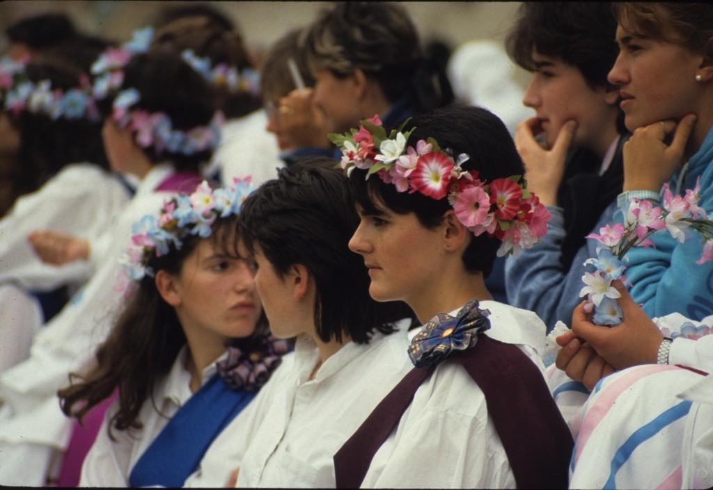 Hier, les Reines de Mai (danses traditionnelles liées au renouveau de la nature) = symbole des vierges pures prêtes à enfanter