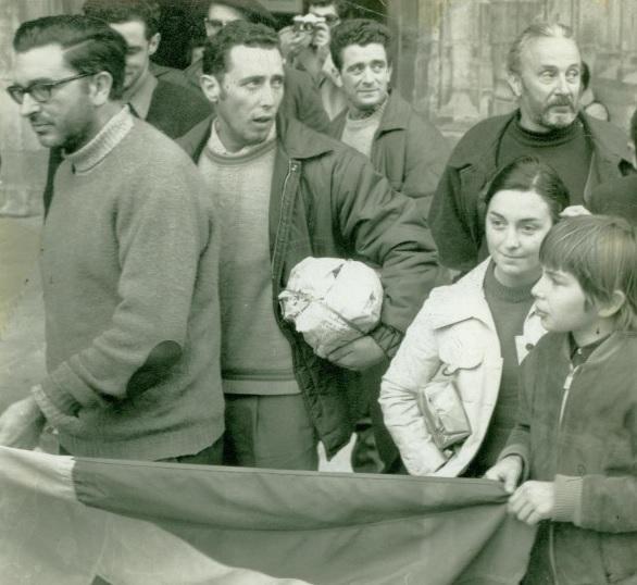 Grève de la faim de 1971 (?) devant la cathédrale de Bayonne. De gauche à droite: Txillardegi, Mikel Lujua, Marc Légasse (barbu), au premier plan son fils Perico Légasse. Source : http://abertzale.over-blog.com