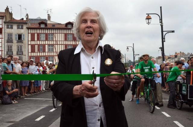 Mme Hessel coupe le ruban officiel du départ du Tour Alternatiba