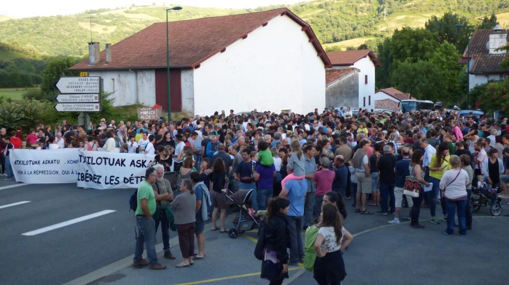 Dès le lendemain de l'arrestation à 19h00 plusieurs centaines de personnes se sont mobilisées tous les soirs pour manifester leur solidarité à Ortzaize.