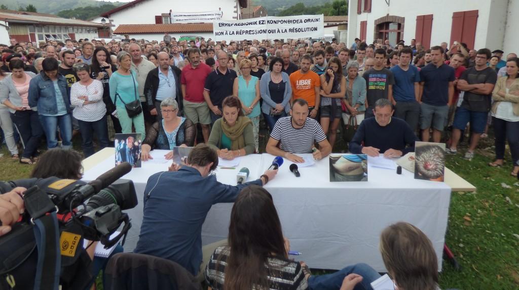 Le comité de soutien d'Ortzaize a organisé une conférence de presse géante (plusieurs centaines des personnes sur la place du village) le samedi 11 juillet à 11h00 à Ossès. L'entourage des personnes arrêtées durant la semaine y a donné les dernières nouvelles, sa lecture des évènements et a fait part des mobilisations à venir. (Argazkia: PS)