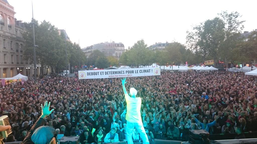 Samedi 26 septembre, plus de 20.000 personnes ont accueilli l'arrivée du Tour Alternatiba, place de la République à Paris, déployant des banderoles appelant aux actions.