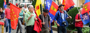 """""""Sorpresa eder bat izan da ikustea manifan agertzen ziren banderen artean, Okzitaniako bandera"""""""
