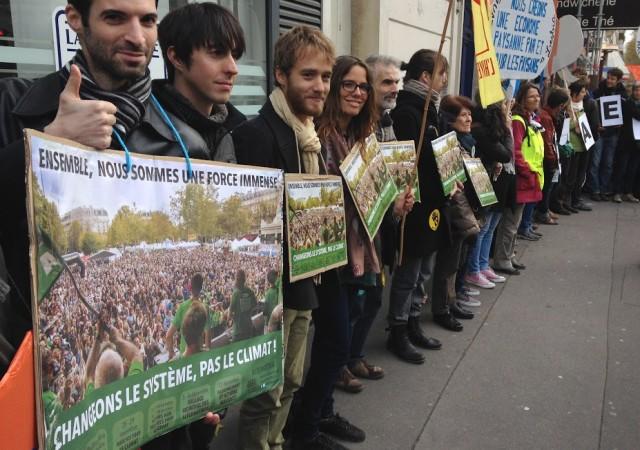 """Dès le 29 novembre, une première alternative a été trouvée : la """"Chaîne humaine"""", qui a rassemblé 10.000 personnes à Paris, et des milliers d'autres dans d'autres villes."""