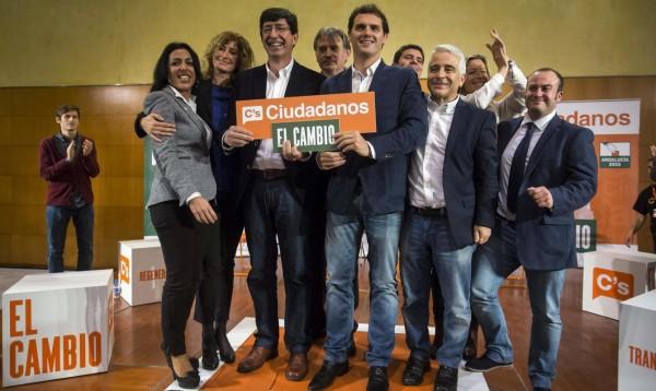 Albert Rivera, leader de ciudadanos (ci-contre) et Pablo Iglesias, leader de Podemos (ci-dessous). Les deux nouvelles formations politiques viennent perturber le bi-partisme traditionnel espagnol.