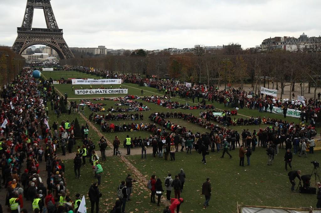 12 décembre 2015, rassemblement massif, pacifique et déterminé au Champ de Mars à Paris : +3°C, état d'urgence climatique. Arrivée des Chaînes Humaines