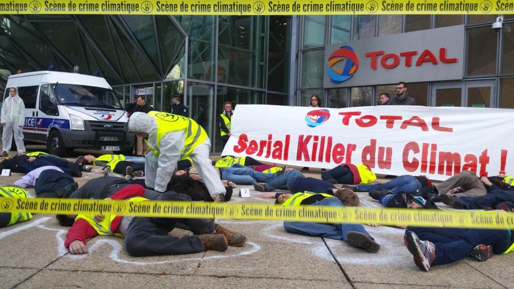 Scène de crime devant le siège de Total par 112 militants ANV-COP21 le samedi 7 novembre 2015 (http://anv-cop21.org/serial-killer-du-climat)