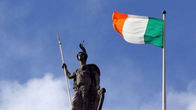 Le drapeau tricolore irlandais flotte dimanche sur la poste centrale de Dublin, bastion des rebelles lors du soulèvement de Pâques 1916.