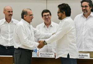 Poignée de mains, le 15 décembre 2015 à La Havane, entre les chefs des représentants du gouvernement (Humberto de la Calle, à gauche) et des Farc (Iván Márquez).