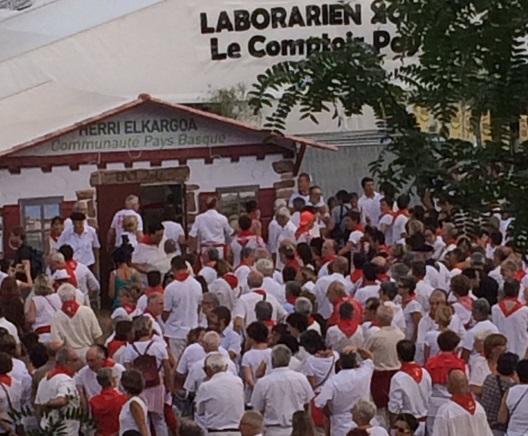 Cliquer sur la photo pour voir l'aurresku devant la Cmmunauté Pays Basque