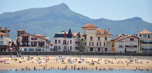 La plage de Saint-Jean-de-Luz, icône touristique d'Iparralde.