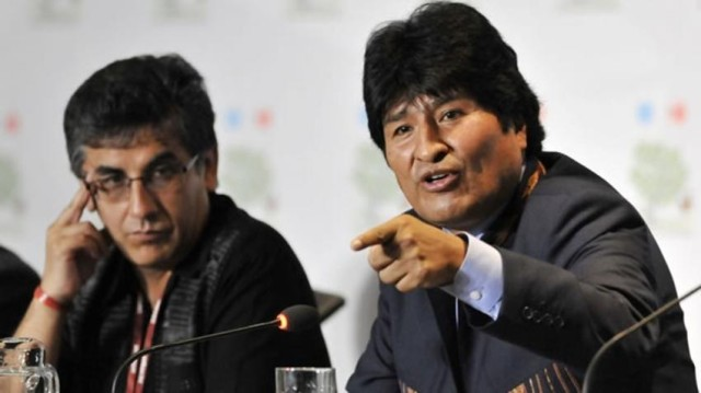 Pablo Solón (ezkerrean), Boliviako enbaxadore ohia NBEn Evo Moraleses  (eskuinean) gobernupean.