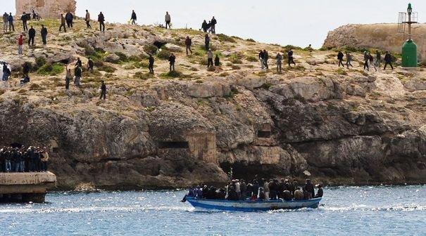 Pour le pape François, les dix mille noyés de Lampedusa en deux ans sont autant victimes du terrorisme que les victimes de Daesh en France.