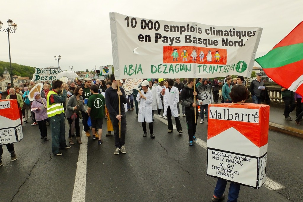 Manif pour less emplois climatiques +á Bayonne