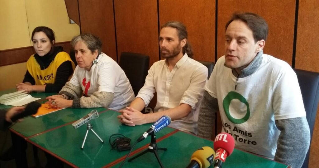 Ce lundi 9 janvier, avant le procès, conférence de Presse ANV-Cop21, Attac, les Amis de la Terre Jon Palais de Bizi (deuxième à droite)