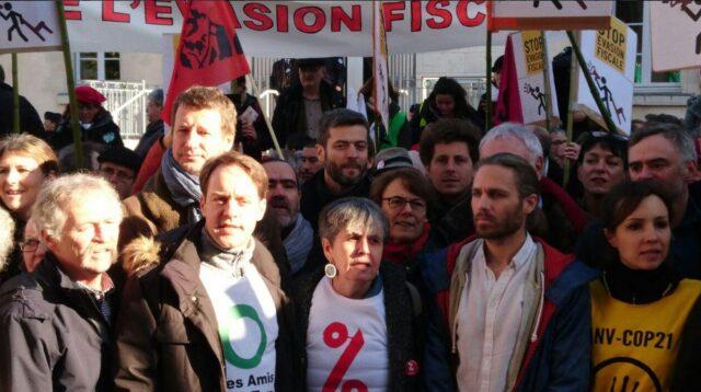 Une foule immense et des personnalités soutiennent Jon Palais à l'entrée du Tribunal de Dax ce lundi 9 janvier.