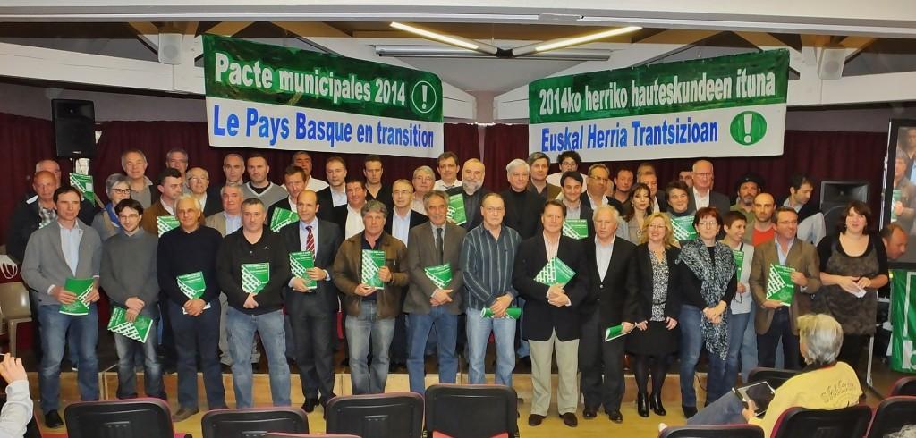 Soirée Pays Basque en transition organisée le 12 mars 2014 par Bizi!. Elle a mis en scène l'engagement officiel et collectif des têtes de liste autour de la transition énergétique.