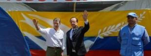 """Les présidents colombien, Juan Manuel Santos, et français, François Hollande, sous une bannière """"tout pour la paix"""" lors d'une visite dans un camp de désarmement des Farc, le 24 janvier 2017 à Caldono en Colombie"""