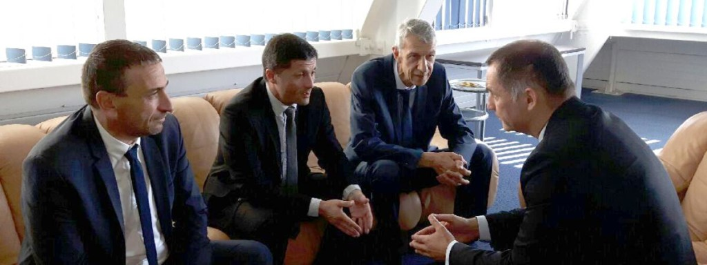 Paul-André Colombani, Jean-Félix Acquaviva et Michel Castellani échangent avec Gilles Simeoni, le président du Conseil exécutif de Corse, avant de partir pour l'Assemblée nationale.