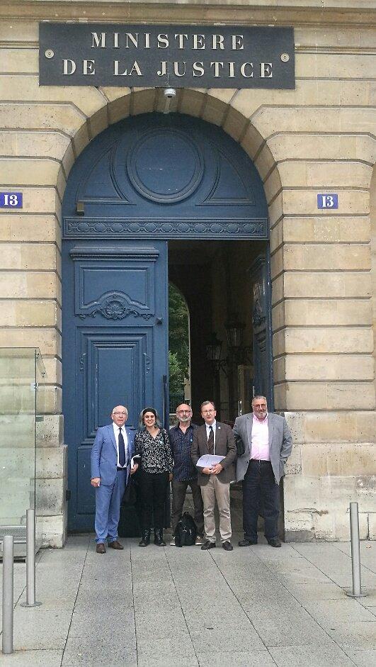 La délégation de Bakegileak : Jean René Etchegaray, Anaiz Funozas, Mixel Berhocoirigoin, Vincent Bru, Michel Tubiana, le 10 juillet à Paris.