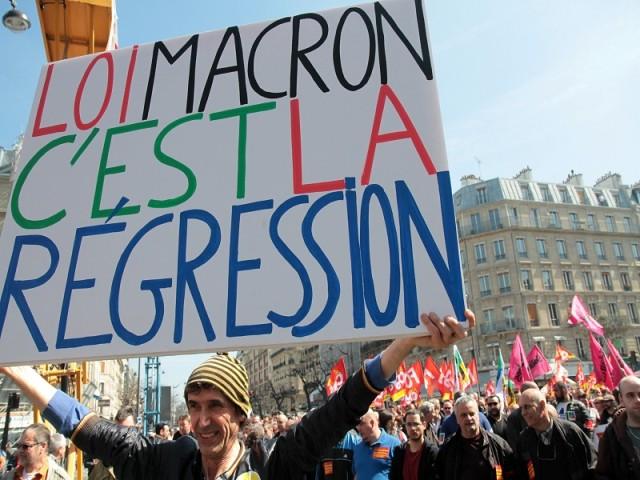 Pancarte loi Macron c'est la régression