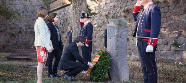 Carles Puigdemont, accompagné de membres de son gouvernement, de la présidente du parlement et de la maire de Barcelone,  ont rendu hommage à  Lluis Companys (premier président catalan, exécuté il y a 77 ans par Franco) le15 octobre, sur sa tombe au château de Montjuic.